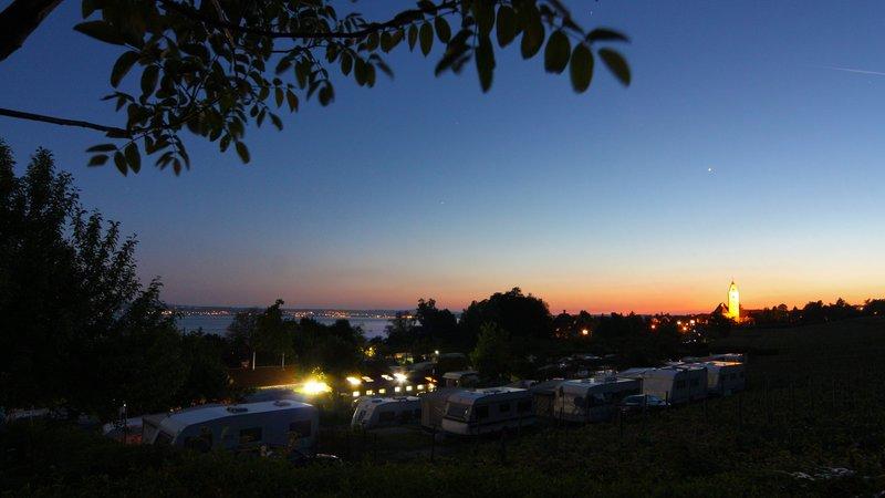 Campingplatz in der Abenddämmerung