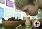 In der Bibelgalerie Meersburg: Kind riecht an Gefäß