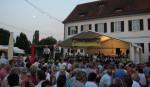 Menschen vor Bühne auf dem Rathausplatz
