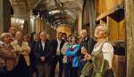 Gruppe mit Führung im Weinkeller