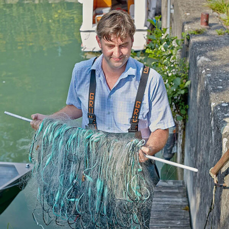 Fischer Andreas Meichle mit einem Fischernetz