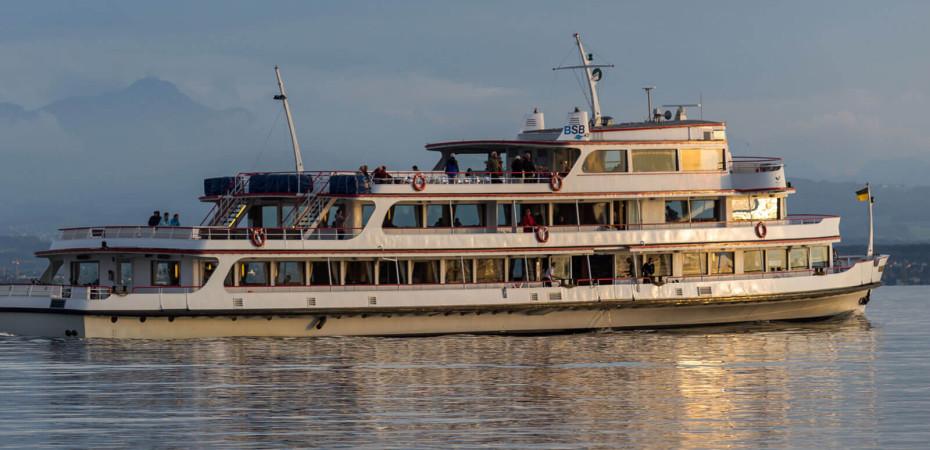 Schiff in der Dämmerung auf dem Bodensee