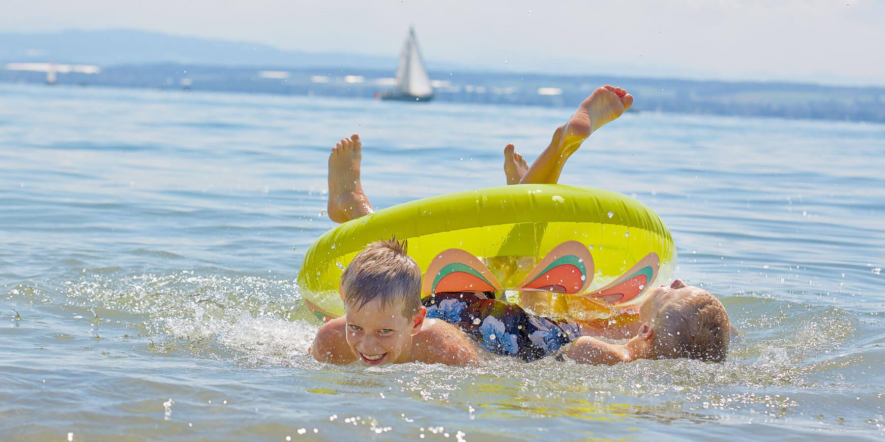Badende Jungs mit Schwimmring